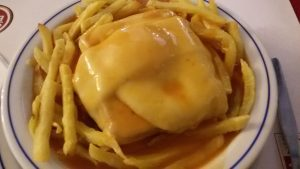 Francesinha con patatas en Aviz