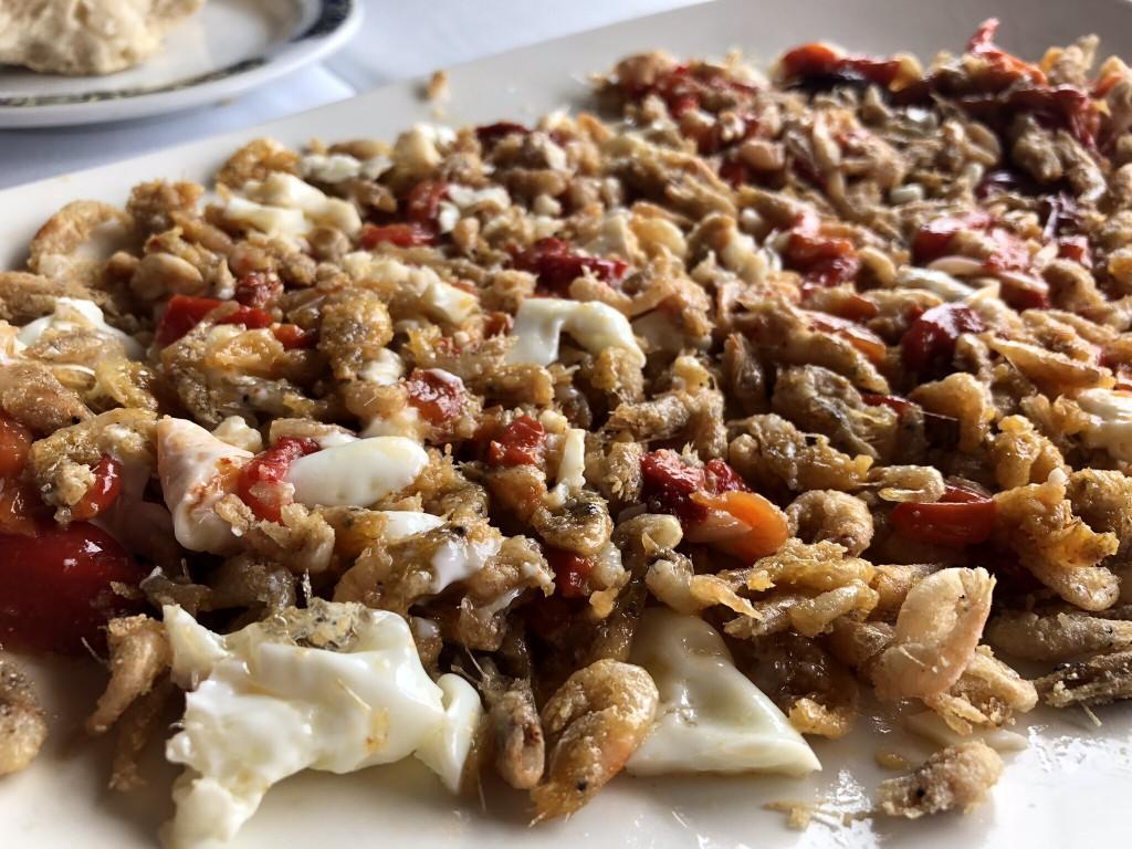 Mirador El Roqueo, chanquetes con pimientos rojos y huevos fritos