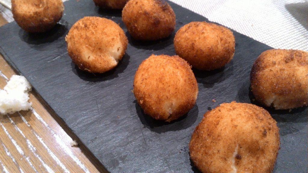 Croquetas de jamón y marisco en Casa Román