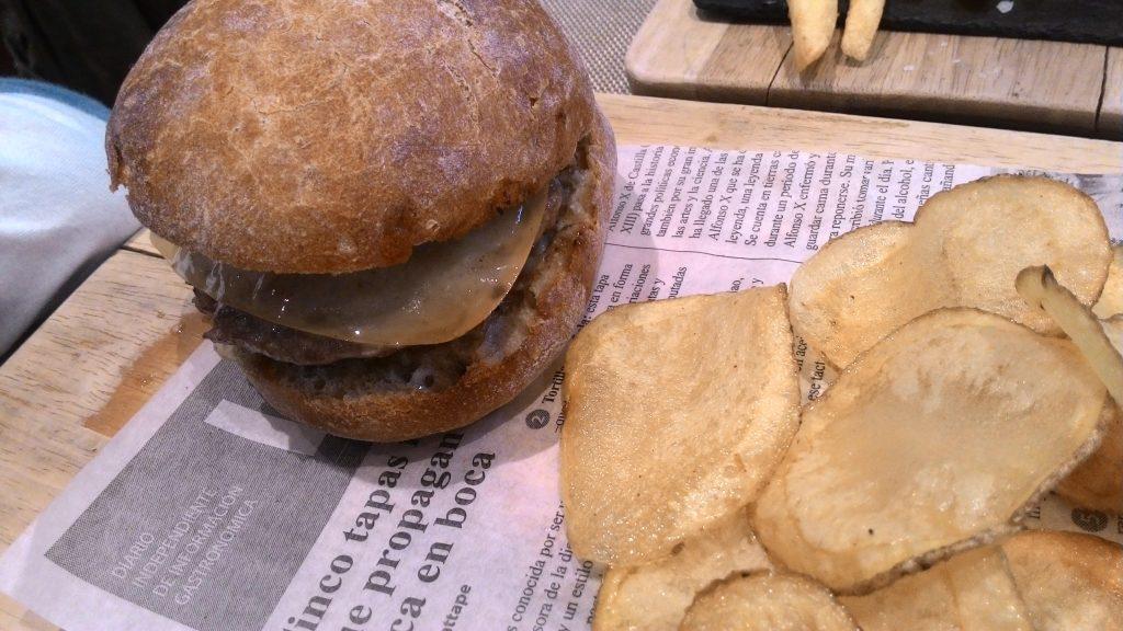 Mini hamburguesa con cebolla caramelizada en Casa Román