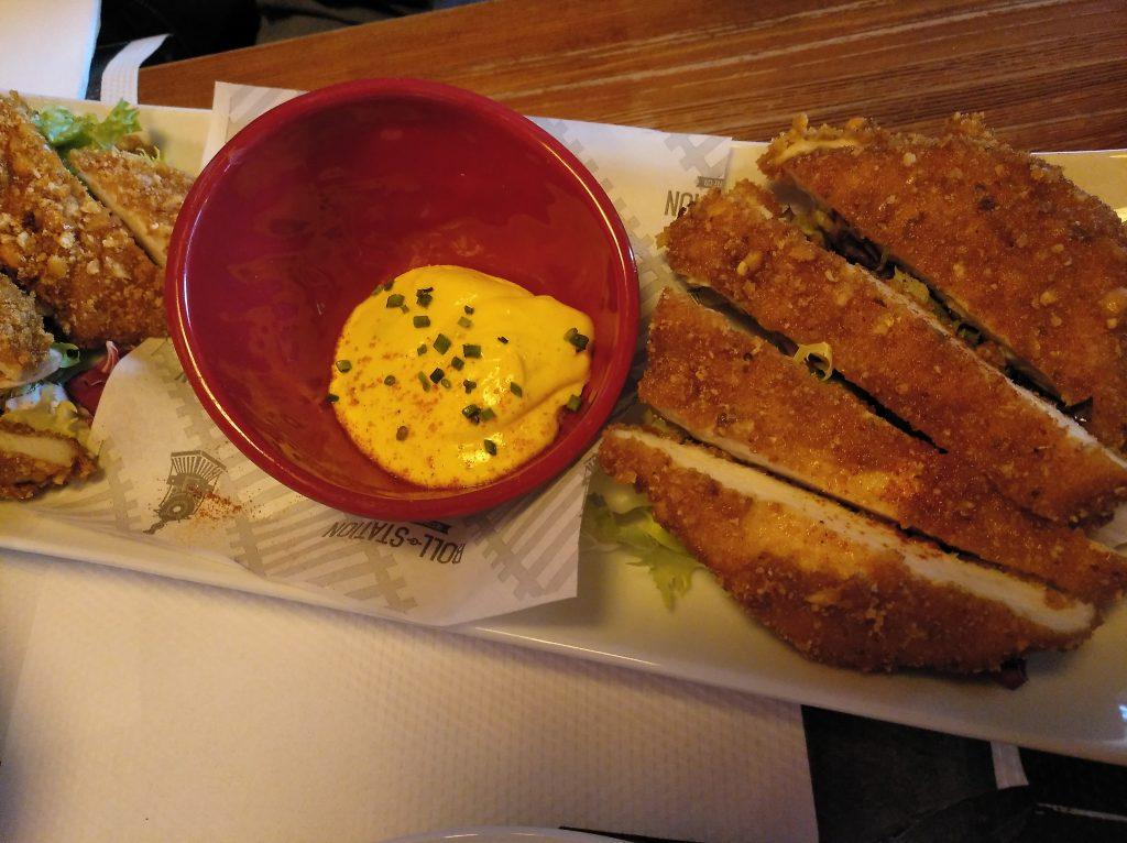 Pollo crujiente marinado al estilo cajún con sweet chilli de maracuyá y yogur