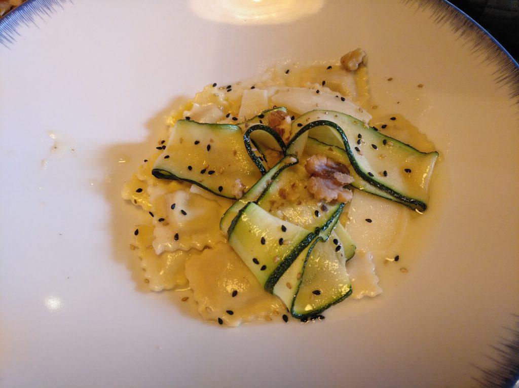 Ravioli de pavo y trufa con crema de parmesano, delicia de calabacín y nueces