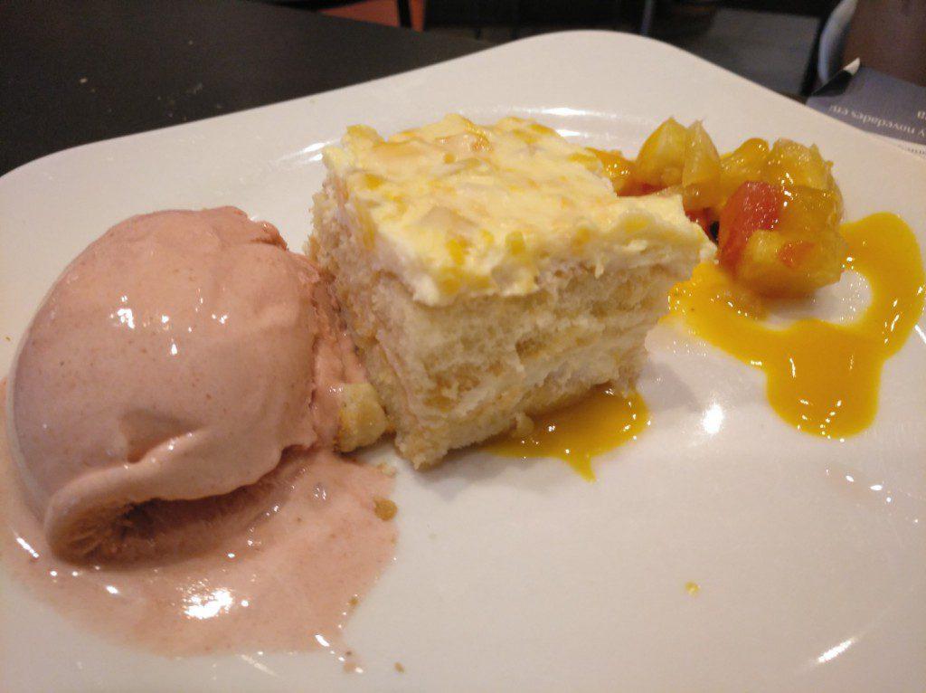 helado de frutas del bosque con tarta de mango