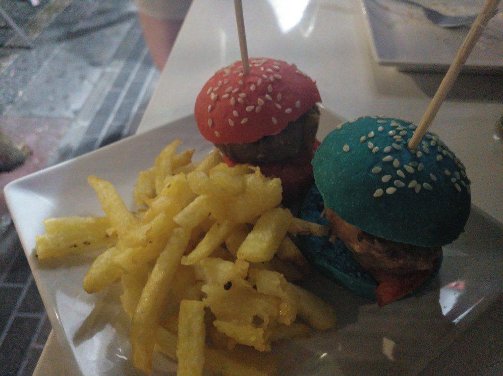 Mini burguer de buey en pan de colores Taberna Mediática