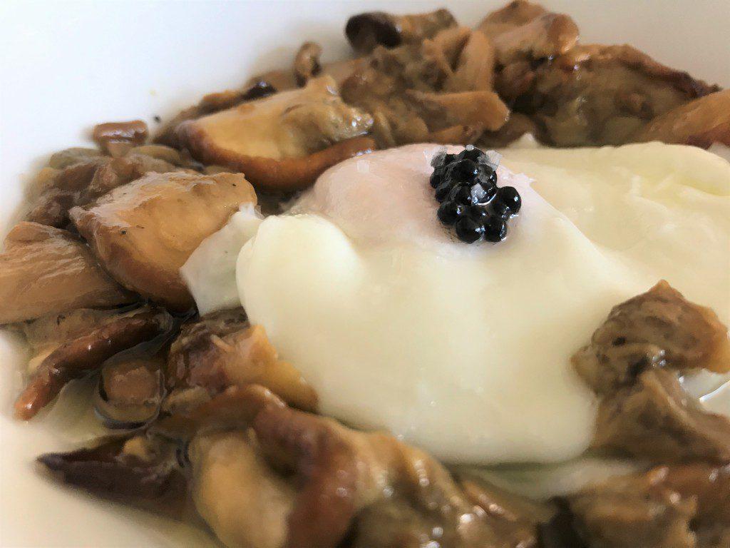 posada las misas boletus con huevo escalfado