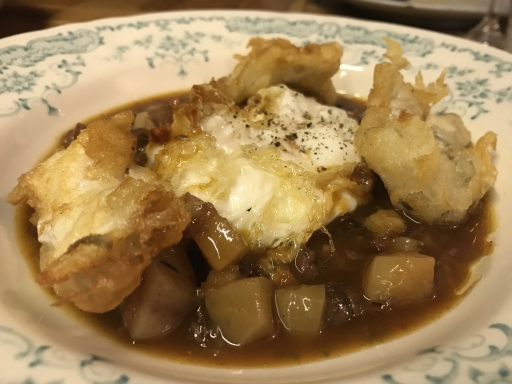Huevo frito con cocochas rebozadas