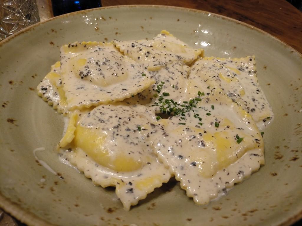 raviolis de ricota con salsa de trufa y boletus