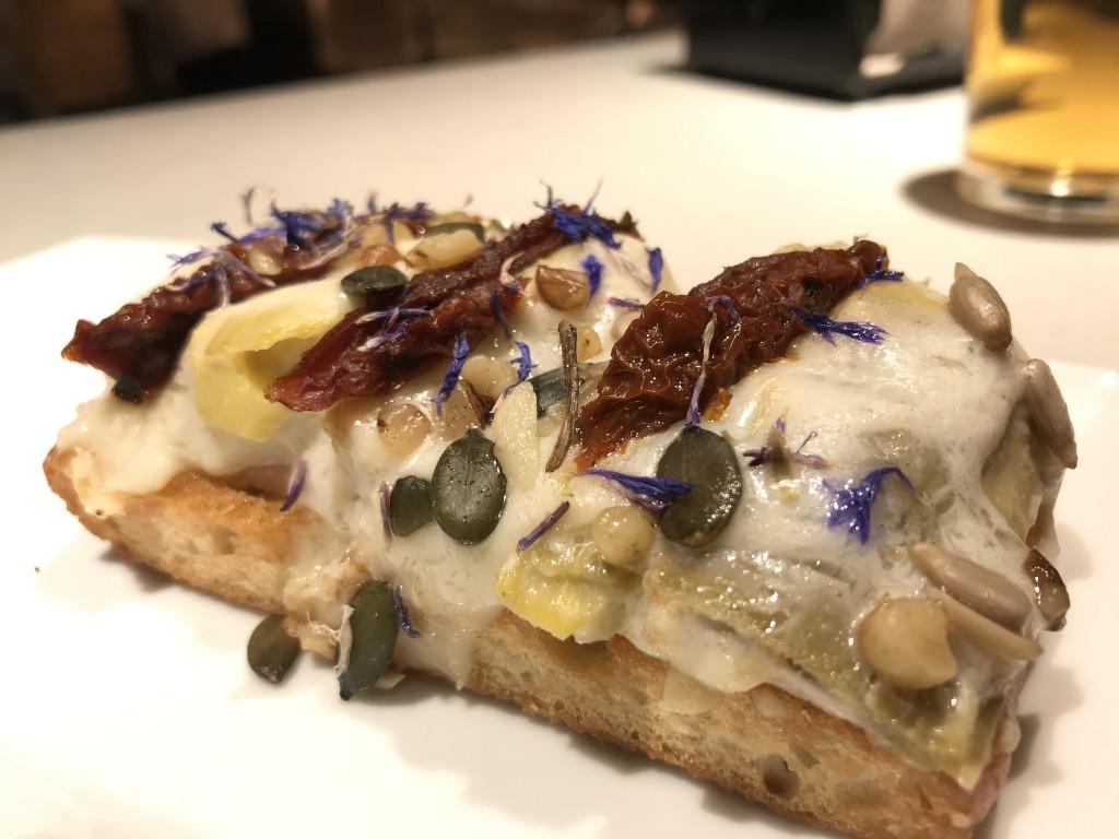 perretxiCo pan de cristal con alcachofas y queso azul