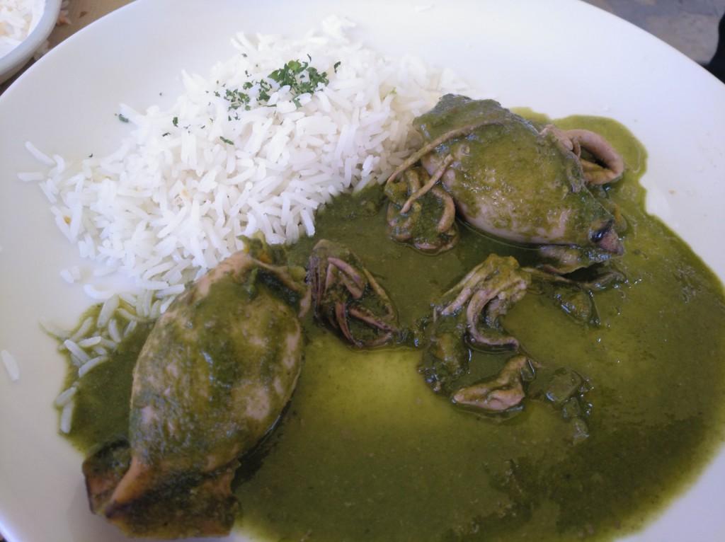 chipirones rellenos de verduras con salsa verde y arroz basmati