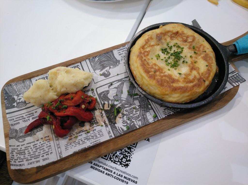 Mini tortilla de patata y cebolla, pimiento rojo asado a la brasa con brandada de bacalao.