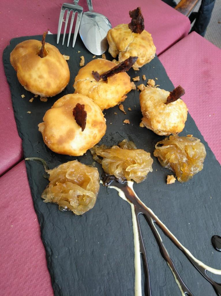 esferas crocantes de patata, queso de cabra y bacon, con frutos rojos y reducción de mostaza y miel