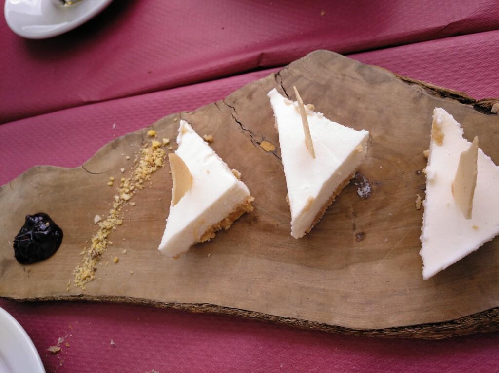 Tarta artesana de queso, con frutos rojos y teja de almendra