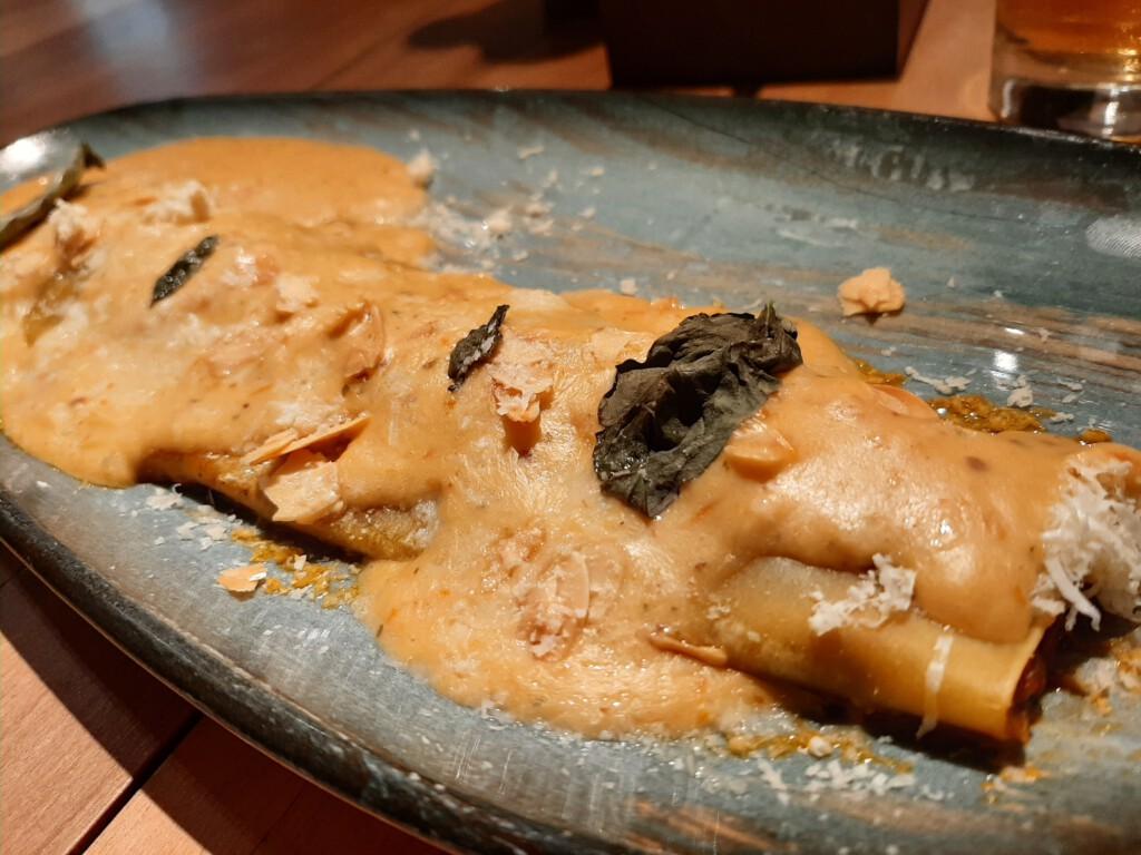 Saona Madrid Canelón trufado de longaniza, setas y parmesano